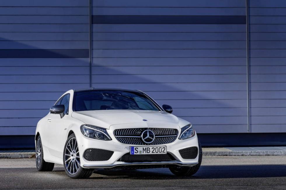 Mercedes-AMG C 43 Coupé, exterior: diamond white, Fuel consumption (l/100 km) urban/ex urban/combined: 10.6/6.2/7.8 combined CO2 emissions: 178 g/km