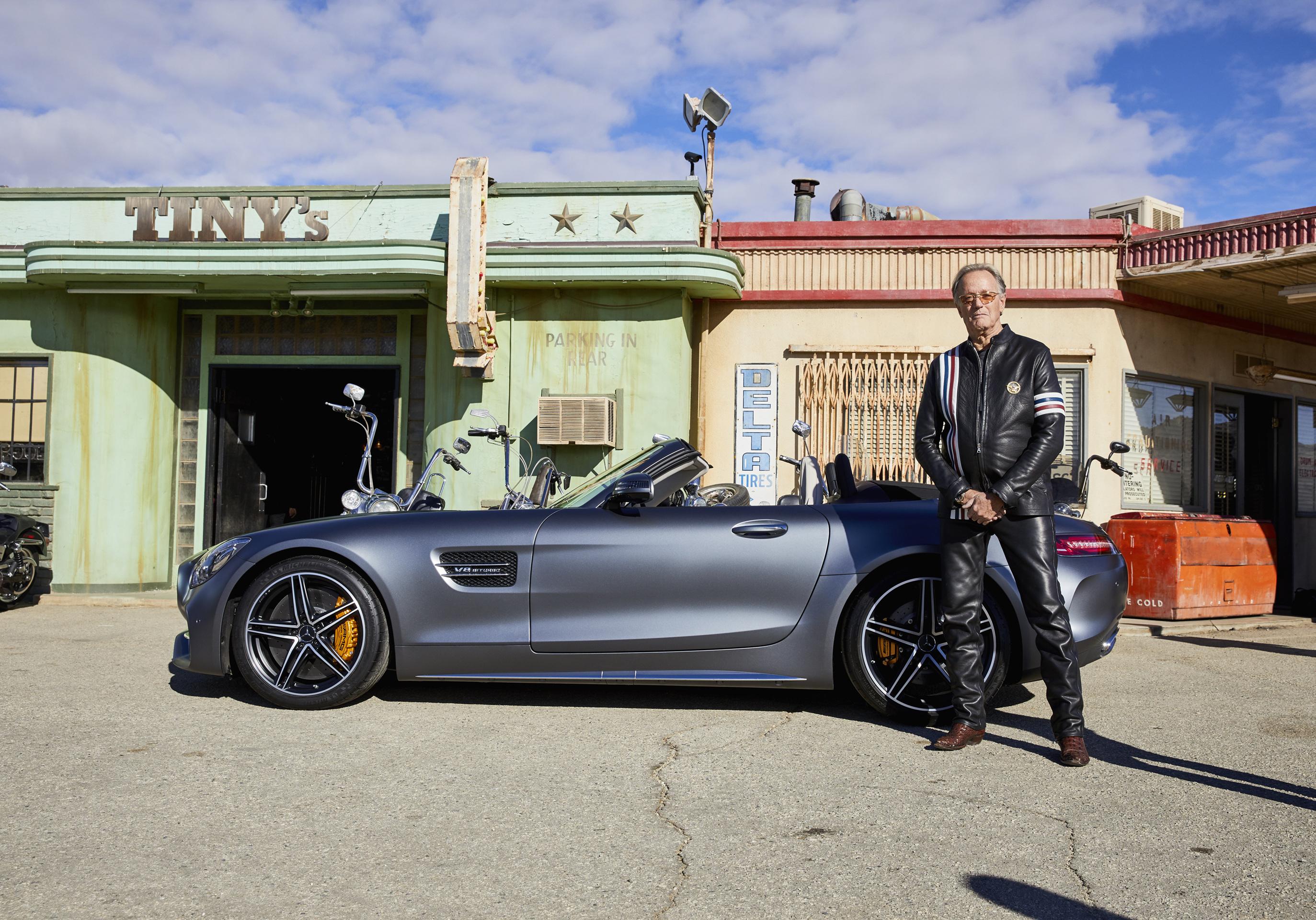 """Eindrücke des Films """"Easy Driver"""" der Oscar Gewinner Joel and Ethan Coen für das amerikanische Football-Finale, mit Peter Fonda und dem neuen Mercedes-AMG GT Roadster. ;Kraftstoffverbrauch kombiniert: 11.4 l/100 km, CO2-Emissionen kombiniert: 259 g/km"""