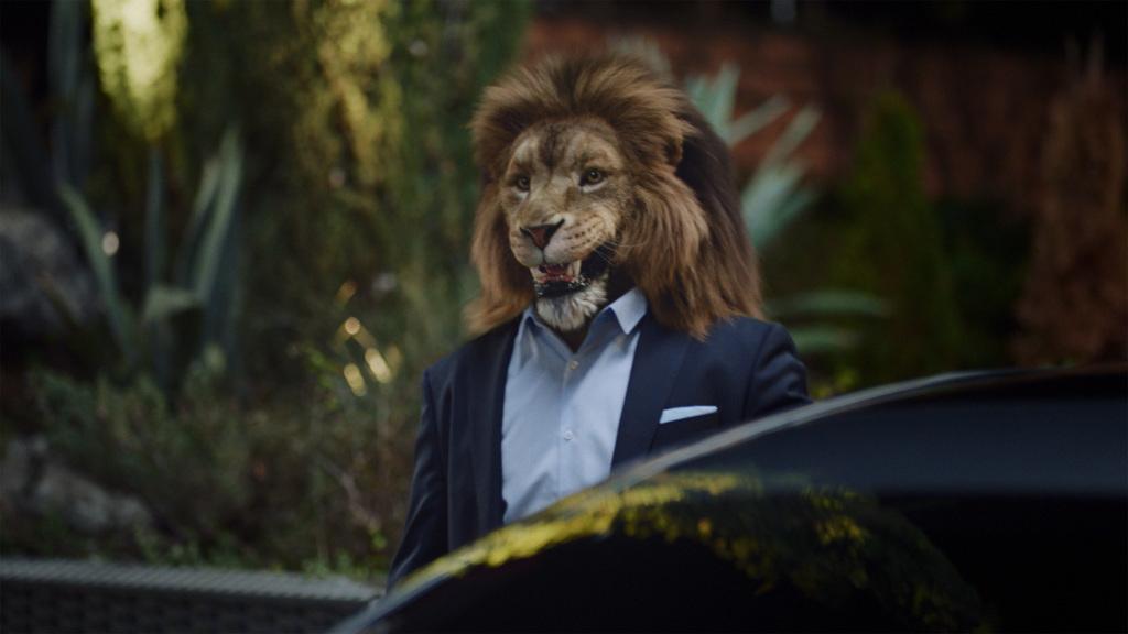 """S-Klasse Kampagne """"Feel Intelligent Drive"""": Im Film tritt ein Löwe als Metapher für ein Alpha-Tier der Business-Welt auf. Zu sehen ist der Chef eines jungen Unternehmens."""