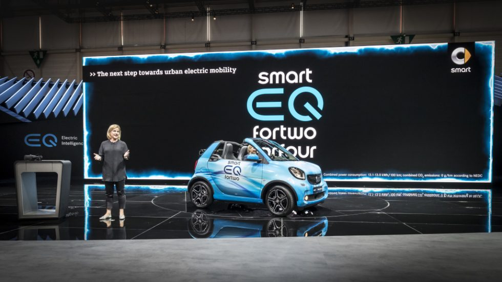 The battery-electric models from smart are the first series-produced vehicles of the Mercedes-Benz Cars EQ family. And smart is simplifying access to electric mobility: the new smart EQ control app is the digital extension of the smart EQ fortwo (combined power consumption: 13.0 – 12.9 kWh/100 km; combined CO2 emissions: 0 g/km*), smart EQ fortwo cabrio (combined power consumption: 13.1 – 13.0 kWh/100 km; combined CO2 emissions: 0 g/km*) and smart EQ forfour (combined power consumption: 13.2 – 13.1 kWh/100 km; combined CO2 emissions: 0 g/km*). This app combines numerous items of car-related information, such as the current charge level, the control of vehicle functions such as pre-entry climate control and charge management, and displays the corresponding information in personalised form. Another new feature is the 22 kW on‑board charger with fast charging function.