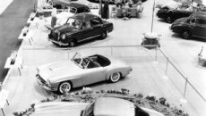 The Mercedes-Benz 300 SL (W 198 I, front) and the 190 SL (W 121) dominate the stand of importer Maximilian Hoffman at the International Motor Sports Show in New York, which opened on 6 February 1954.
