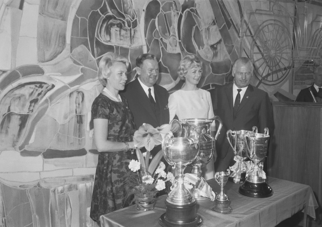 The Touring Car Grand Prix of Argentina, from 25 October to 4 November 1962. Victory celebrations in the Daimler-Benz AG tower block in Stuttgart-Untertürkheim. From left to right: Baroness Ewy von Korff-Rosqvist, Director General Walter Hitzinger, Ursula Wirth and Head of Racing Karl Kling