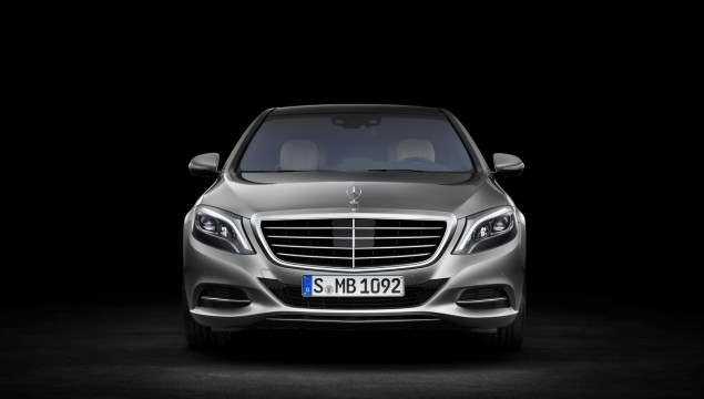 A high level of crash safety, outstanding rigidity for excellent handling with extremely low levels of noise and vibration. These were the aims when developing the bodyshell for the new S-Class – a third-generation aluminium hybrid bodyshell. The lightweight index – the torsional stiffness in relation to weight and vehicle size – has been improved by 50 percent compared to the predecessor model.