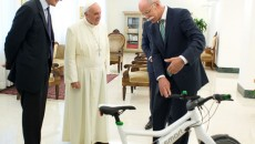 Holy Father receives smart ebike from Dieter Zetsche: In addition to the official papal vehicle, the Popemobile, Dr Dieter Zetsche, Chairman of the Board of Management of Daimler AG and Head of Mercedes-Benz Cars, handed over a smart ebike to Pope Francis