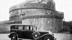 Nürburg and Castel Sant' Angelo: On the occasion of the handing over of the first popemobile from Mercedes-Benz, a number of photos were taken of the car in the Vatican – among others this photo of the Nürburg in front of the Castel Sant' Angelo.