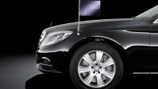 Mercedes-Benz S-Class, S 600 Guard. Removable pennant on front wing.