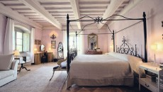Off the blue sitting room, which is shared by all the rooms on the second floor and has beautiful views of the Umbrian hills. Painted a pale delicate lilac, Violetta is the perfect room for a romantic getaway, with stunning views from the front of the house. The bed is a super king size four-poster made of wrought iron, and the en-suite bathroom has a bath and a shower.