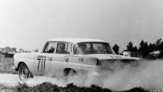 The Touring Car Grand Prix of Argentina, from 25 October to 4 November 1962, took place over a distance of more than 4600 kilometres. The Mercedes-Benz 220 SE (W 111) with the starting number 711. The roof was painted white to reflect the sun´s rays better and therefore prevent the interior from heating up