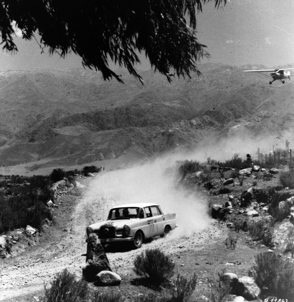 Ewy Rosqvist and Ursula Wirth, winners of the Argentinean Road Grand Prix (October 25 – November 4, 1962) driving a Mercedes-Benz 220 SE.