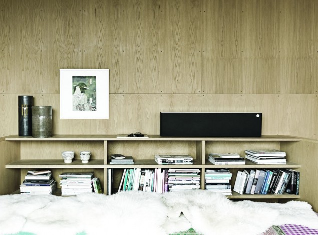 Libratone Lounge black on bookshelf