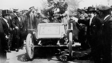 Fritz Held and navigator Mathias Bender win the 1900 Mannheim – Pforzheim – Mannheim long-distance race driving the 16-hp Benz racing car. They received the large vase for returning the best time of the day.
