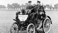With the contra engine to victory: Fritz Held and navigator Hans Thum at the wheel of an eight-hp Benz racing car, after taking victory at the Frankfurt – Cologne long-distance car race on January 2, 1899.