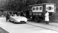 Record runs on the Frankfurt – Darmstadt motorway, November 11, 1936: Driving a streamlined Mercedes-Benz W 25 with twelve-cylinder engine, Rudolf Caracciola established five international class records and one world record.
