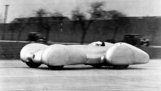 Record run on the Dessau – Bitterfeld motorway, February 9, 1939: Rudolf Caracciola in the Mercedes-Benz W 154 with twelve-cylinder engine (version for standing-start attempts).