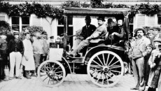 A motor car from Panhard & Levassor with Daimler engine taking part in the first car race between Paris and Rouen on 22 July 1894.